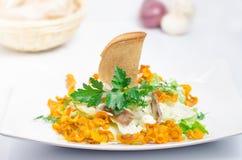 Salat mit Karotte auf einer weißen Tabelle lizenzfreie stockfotos
