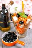 Salat mit Karotte, Feta und schwarzen Oliven Stockfoto
