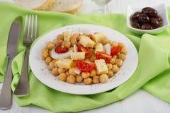 Salat mit Kichererbse auf der Platte Stockfotografie