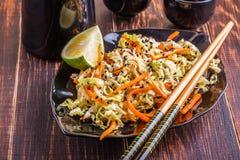 Salat mit Kohl und Karotten Stockfotos