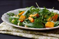 Salat mit Kopfsalat, Kürbis und Kichererbsen Stockbild