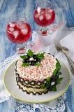 Salat mit Krabbenstöcken, -käse, -ei und -pflaumen Lizenzfreie Stockfotos