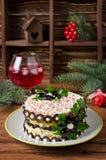 Salat mit Krabbenstöcken, -käse, -ei und -pflaumen Lizenzfreie Stockbilder