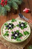 Salat mit Krabbenstöcken, -käse, -ei und -pflaumen Stockbilder
