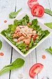 Salat mit Lachs- und Mungobohnesprösslingen Stockfoto