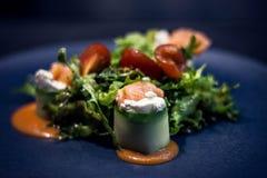 Salat mit Lachsen und Tomate stockbild