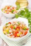 Salat mit Mais, grünen Erbsen, Reis, rotem Pfeffer und Thunfisch, Nahaufnahme Stockfotografie
