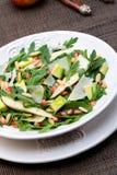 Salat mit Mangofrucht, Avocado, Arugula und Walnüssen stockfotografie