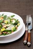 Salat mit Mangofrucht, Avocado, Arugula und Walnüssen stockfoto