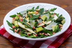 Salat mit Mangofrucht, Avocado, Arugula und Walnüssen lizenzfreie stockfotografie