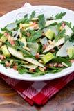 Salat mit Mangofrucht, Avocado, Arugula und Walnüssen stockbilder