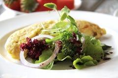 Salat mit Omelett Stockfotografie