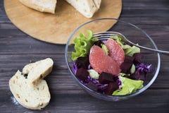 Salat mit Pampelmuse, Rotkohl, roten Rüben und Kopfsalat Brot Stockfoto