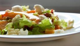 Salat mit Pfirsichen Lizenzfreies Stockfoto