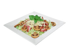Salat mit Pilzen, Käse und gebratenem Speck Lizenzfreie Stockbilder