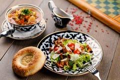 Salat mit Pilzen u. Suppe Stockfotografie