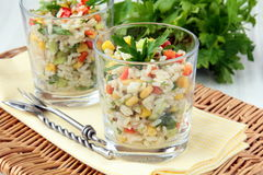 Salat mit Reis, Petersilie und Gemüse Stockbilder