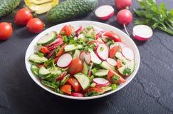 Salat mit Rettich stockfotos