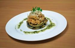 Salat mit Rindfleisch und Aubergine Stockbild