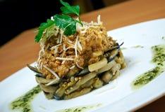 Salat mit Rindfleisch und Aubergine Stockbilder