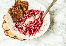Salat mit Rotkohl, Karotten und roten Rüben mit rohem Pilz brea Stockfoto