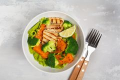 Salat mit Süßkartoffel, gegrilltem Tofu, Brokkoli und Pekannuss Healt Stockfoto