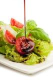 Salat mit Scheibetomate und -basilikum Lizenzfreie Stockbilder