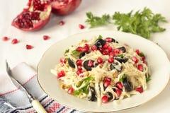 Salat mit Selleriewurzel, -oliven und -granatapfel Stockbild