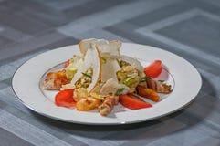 Salat mit Speck Stockbild