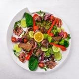 Salat mit Speck und der hühnerleber Auf einer hölzernen Oberfläche stockfotos