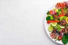 Salat mit Speck und der hühnerleber Auf einer hölzernen Oberfläche stockbilder