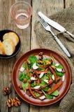 Salat mit Spinat, Mozzarella, Walnüssen und karamellisierten Karotten Lizenzfreies Stockbild