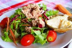Salat mit Thunfisch. Stockbild