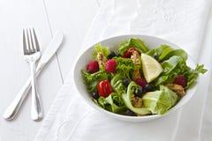 Salat mit Tischbesteck und Leinen Lizenzfreie Stockbilder