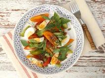 Salat mit Tomaten und Eiern lizenzfreie stockbilder