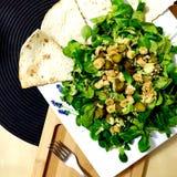 Salat mit Tortillabrot Stockbilder
