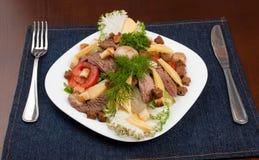 Salat mit Treffen und mashrooms Lizenzfreies Stockfoto