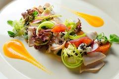Salat mit Truthahnleiste backte Kürbis- und Ricottatrüffelsoße Stockfoto