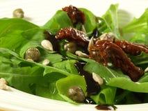 Salat mit wilder Rakete und Tomaten Stockfotos