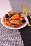 Salat mit Wurst, Käse, Karotten Stockfotos