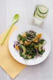 Salat mit Zwiebel, Brunnenkresse, Avocado und Orangen Stockbild