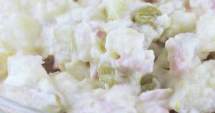 Salat Olivier in einem Vase stock video