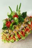 Salat Olivier verziert durch Blumen Stockfoto