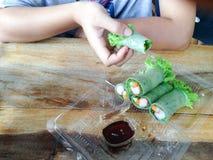 Salat rollt im klaren Plastikkasten Stockbild