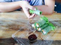 Salat rollt im klaren Plastikkasten stockfotos