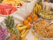 Salat-und Frucht-Buffet-Tabelle Lizenzfreie Stockfotos