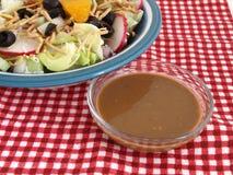 Salat und Kleiden auf roten Checks Stockbild
