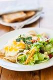Salat und Pfannkuchen Stockfotos