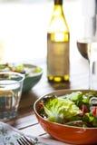 Salat und Wein stockfotos
