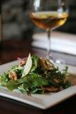 Salat und Wein stockbilder